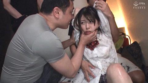 あおいれな 尿シャワーされて 嬲られ強姦される女のエロAV画像 01