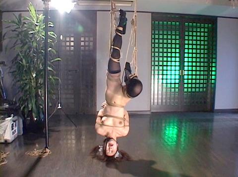 雪見ほのか 靴舐め女 逆さ吊り 鞭打ちされる女 のAV エロ 画像 98_4