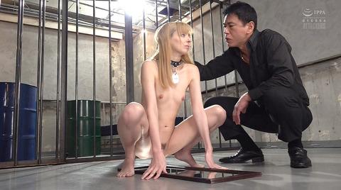 西田カリナ 強烈鞭打ち調教 足舐め 排泄管理される女AVエロ画像 145