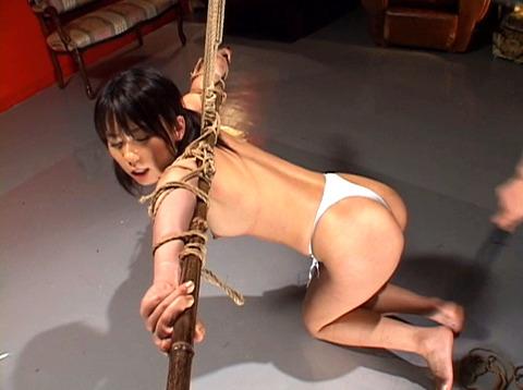 沢井真帆 SM調教 強制露出と首吊り鞭打ちAV画像16