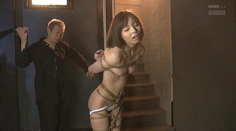 西田カリナ 逆さ吊りで鞭打たれて足を舐めるSM調教画像 14