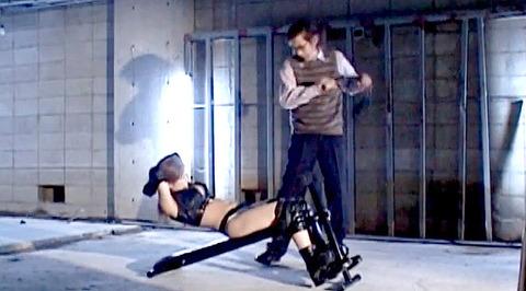 朝比奈ゆい 逆さ吊り 電流責め SM拷問調教される女の画像 01