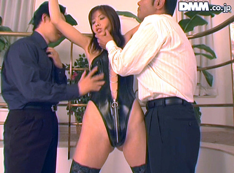 立花里子 脅されて乳ビンタ イラマチオする女の画像02