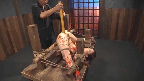 鶴田かな 一本鞭 強制飲尿 拷問SM調教エロAV画像 17
