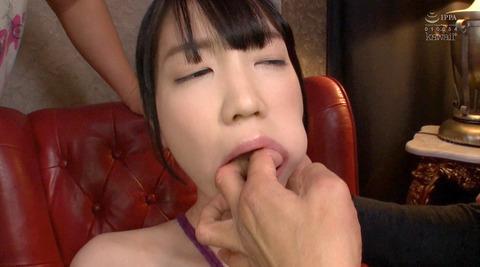 鈴木心春=集団恥辱されて口を嬲り弄ばれる女のAVエロ画像 55