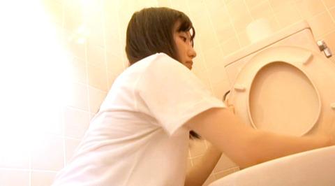 男子便所を素手で掃除する女の画像222