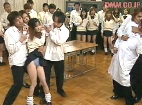 遊佐七海 クラスメイトの前で強姦されて放尿される女の画像01