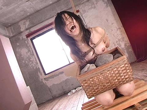 平原亜希 SM拷問 ビンタ 三角すのこ石抱き責め 首吊り 22