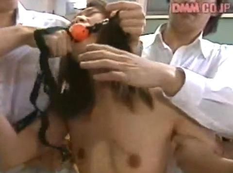 遊佐七海 クラスメイトの前で強姦されて放尿される女の画像16