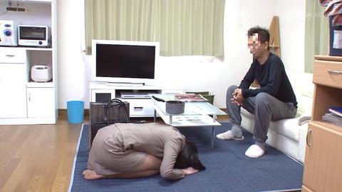 水嶋アリス 土下座して謝り服従する女のエロAV画像4