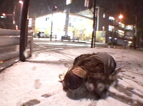 大槻ひびき、雪降る中街中の街頭で土下座する女の画像06