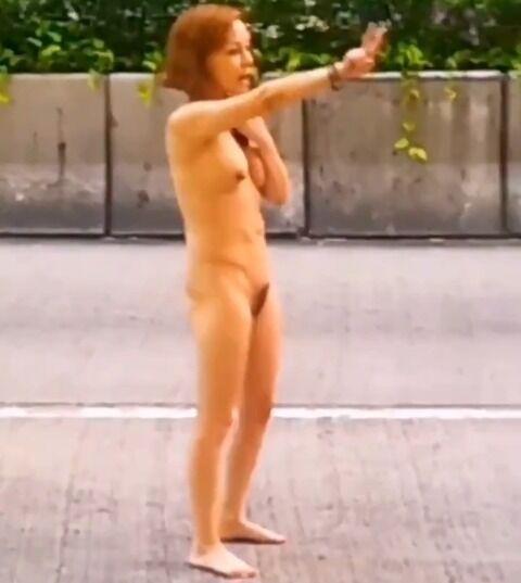 【動画】中国女、路上で素っ裸中国踊りを披露する : ワッフル!