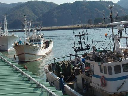 漁港に帰ってきたカニ漁船