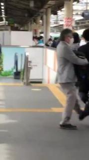 赤羽駅、女子高生から逃げる途中で「こける痴漢」動画が話題