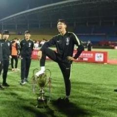 中国の大会で優勝した韓国、選手が優勝カップを踏みつける!