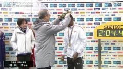 東京マラソン表彰式で小池都知事ポケットに手…態度に批判も
