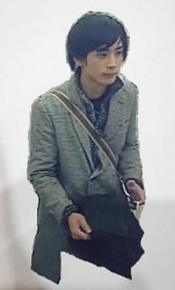 女性刺殺事件、直前の容疑者写真公開 グレーのハーフコート、新潟駅周辺で撮影