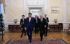 ロシアは石ころ1つ返さぬ、「2島返還」コケにされた日本
