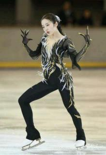 本田真凜が妖艶な衣装で魅了 パンツスタイルでワイルド演技