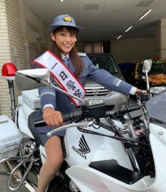 岡副麻希、白バイに跨る姿にネット大興奮!