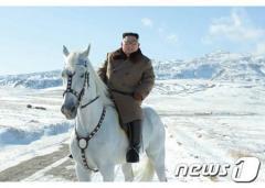 金正恩氏 白馬に乗り白頭山訪問
