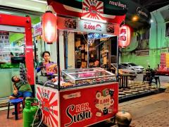 ラオスの日章旗デザインの寿司屋台、韓国人旅行者にも大人気