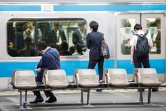 「日本人はなぜ席を譲らない?」 電車で我先に席に座る人たち