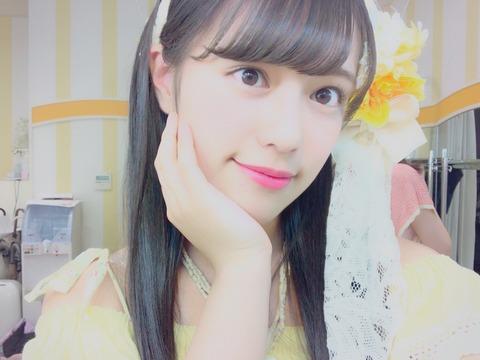 【んんん?】大好きな茉夏さんの衣装を着た竹内彩姫が「茉夏さんにメールしよっと」