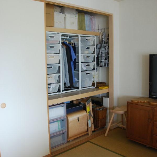 IKEA のアルゴートシステム奥の隙間に、 無印良品のワイヤーバスケットをスタッキングして置きました。