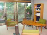 コーナーの書棚と椅子