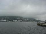 長崎港から対岸の稲佐山を見るが、まだもやっている