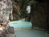 露天風呂からは滝が見える