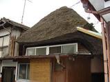 茅葺の屋根が重そう