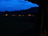 真っ暗闇に廊下の明かりだけです