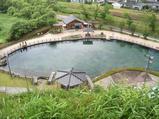 小山からも丸池の透明度はすごい