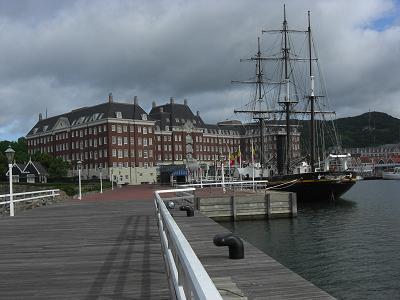 ホテルデンハーグの前には観光丸が係留