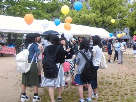 風船、女子高生に大人気