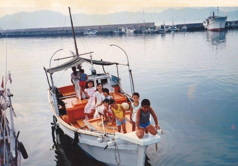 IMG_0003(1995~6年 市ちゃんの船に乗る孫たち)