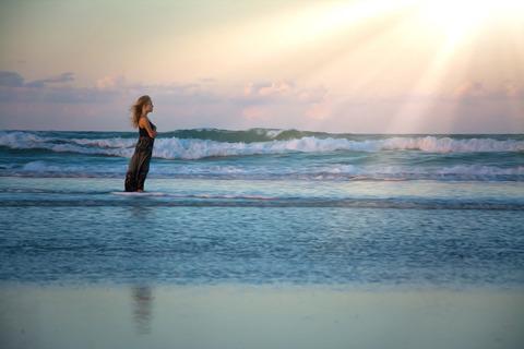海に立つ少女