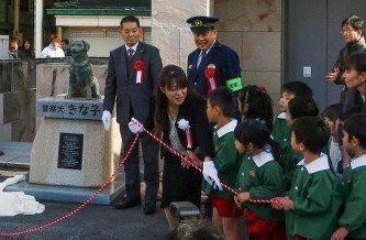 【香川】元警察犬「きな子」銅像お目見え ずっこけぶりが人気 子どもは「みりん」、孫は「りんご」