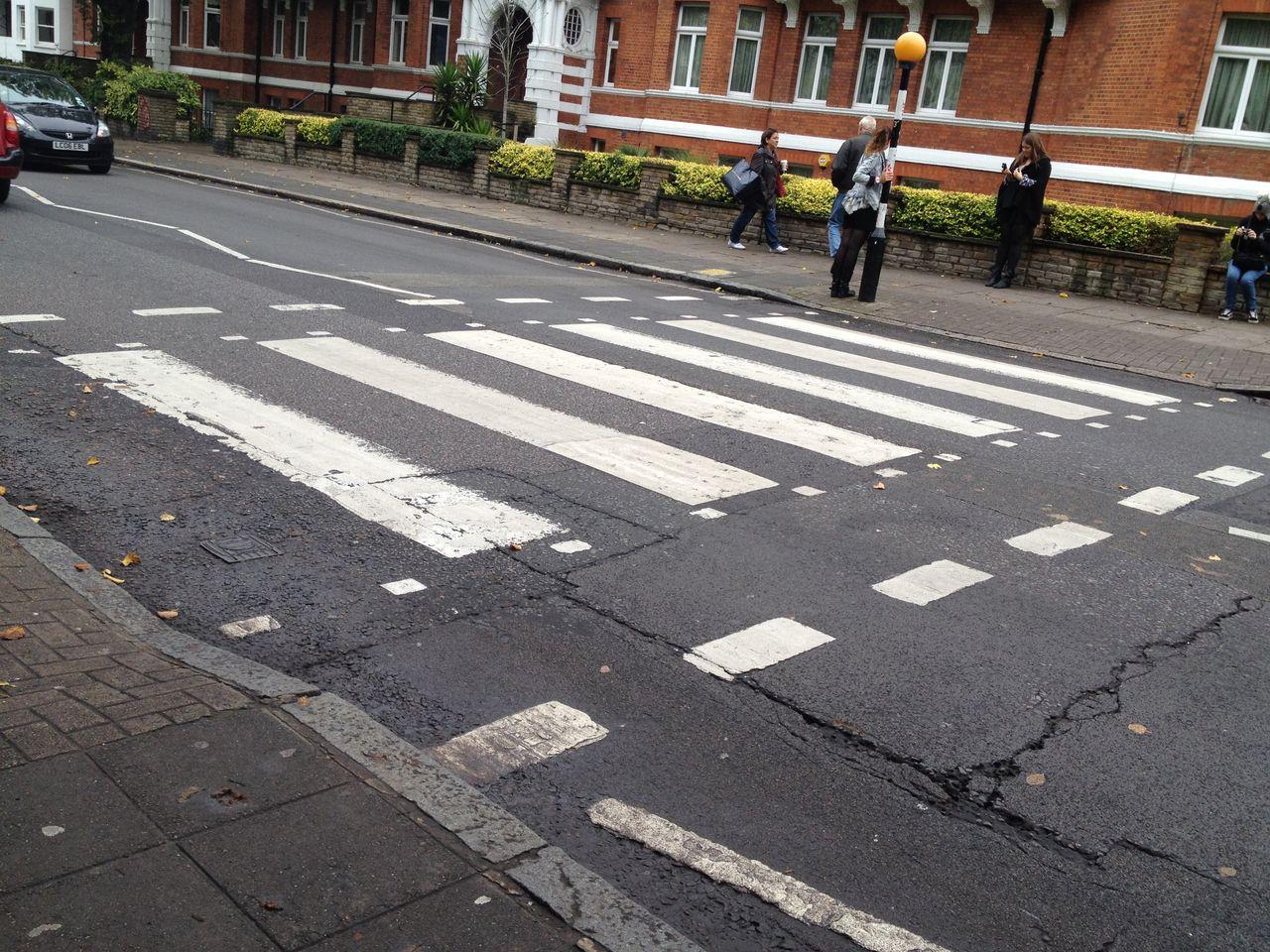 1173 駅降りて、道路渡ってまっすぐ坂道を降りて突き当り右の横断歩道がそれです... ロンドン