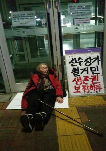 【韓国】人糞が塗られた麻浦区役所の出入り口