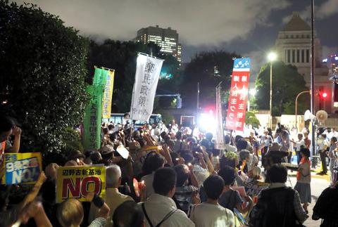 国会前で日本市民8500人がろうそくデモ