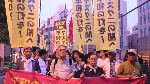 【国内】日韓の市民団体が靖国神社の周辺で『平和を促す』ろうそく行進