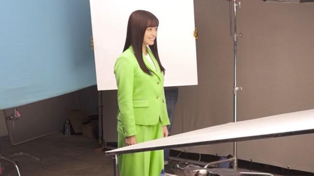 【悲報】ハシカン、新CMはOL役なのにダボッダボのパンツスーツをあてがわれてしまう