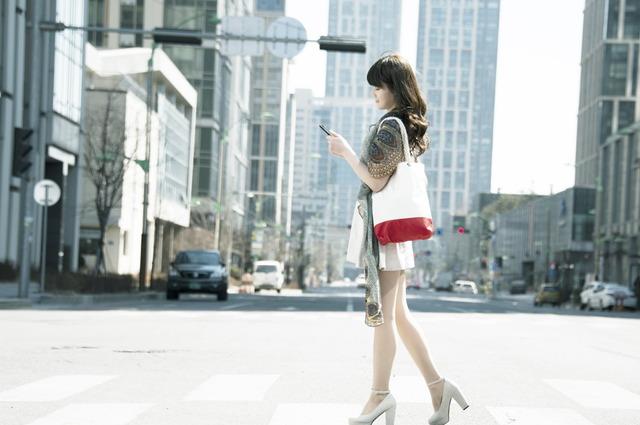 o-WALKING-SMARTPHONE-facebook
