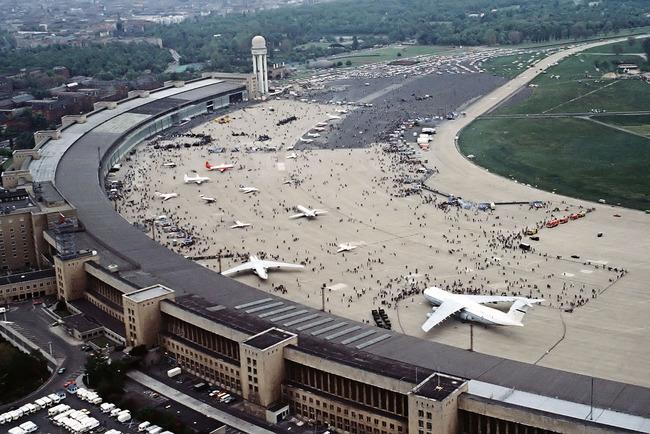 1280px-FlughafenBerlinTempelhof1984