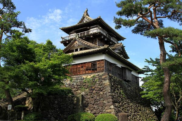 1280px-Maruoka_Castle_20100529-01