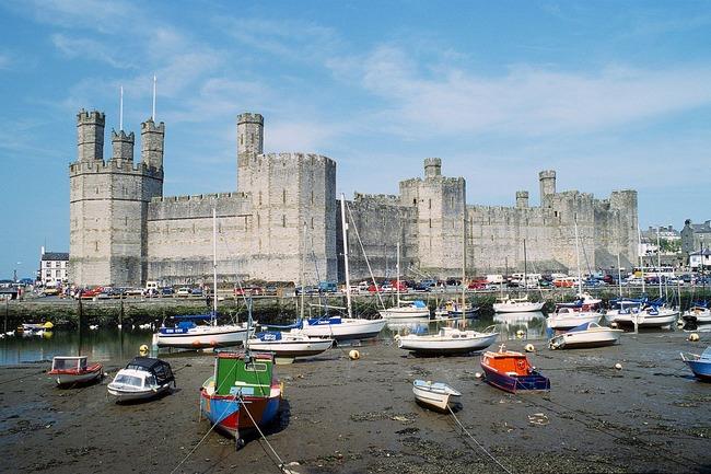 1280px-Caernarfon_Castle_1994