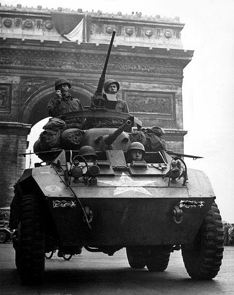 凱旋門前に進出したアメリカ軍のM8装甲車